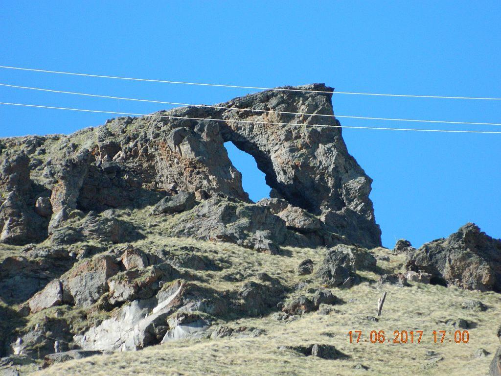 Странное отверстие в скале