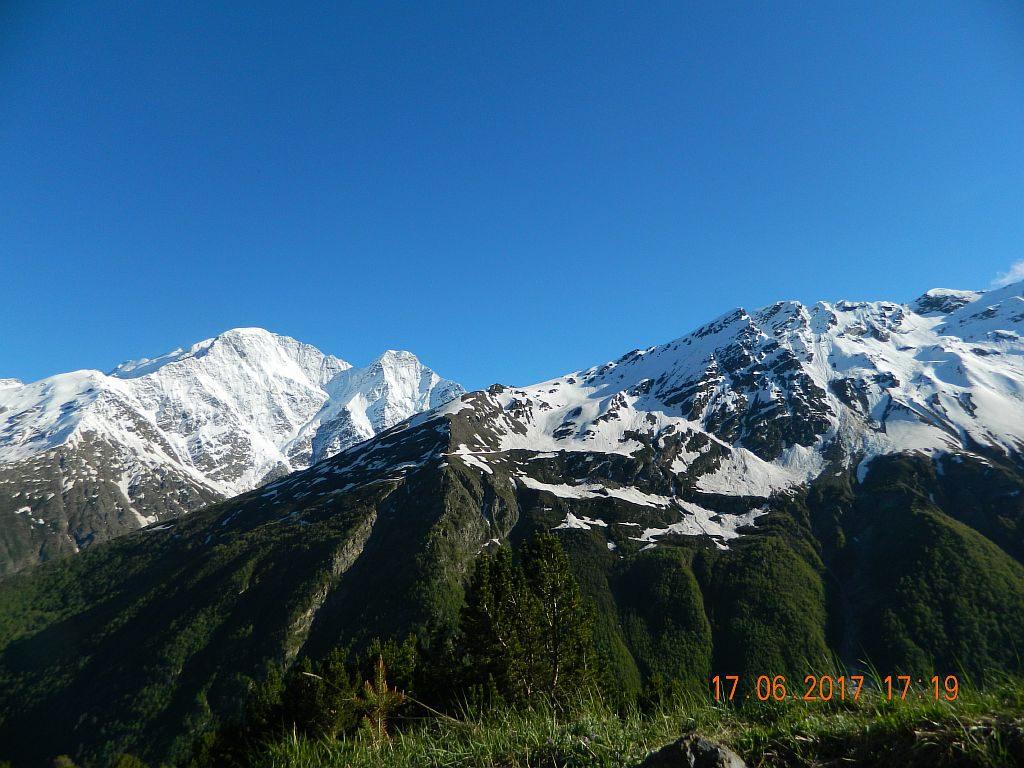Вид горы через ущелье на Чегет
