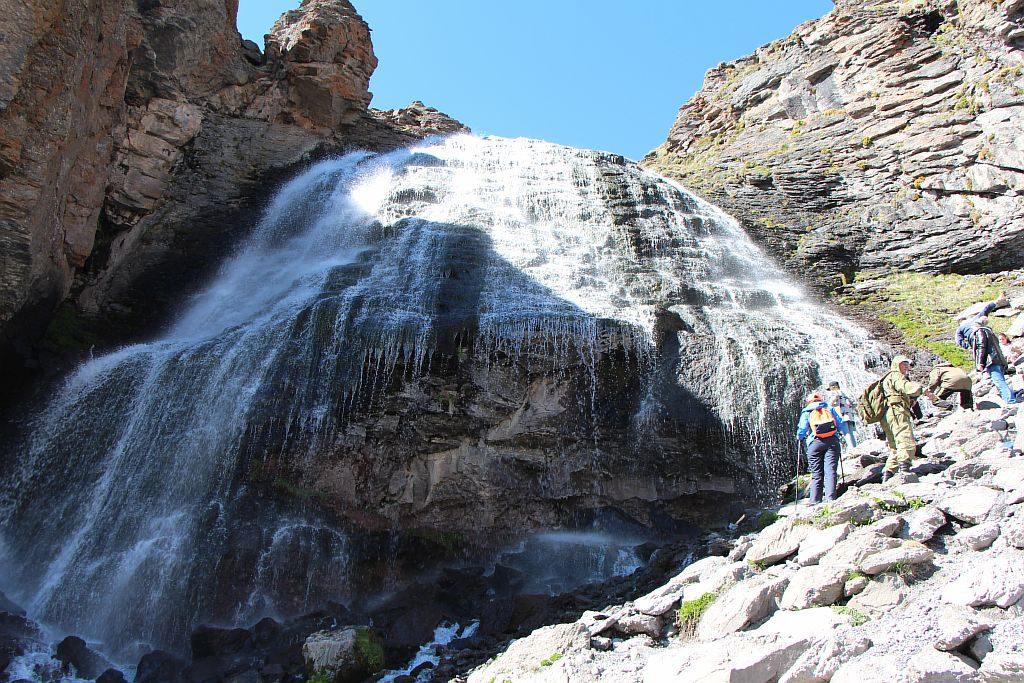 Группы туристов у водопада