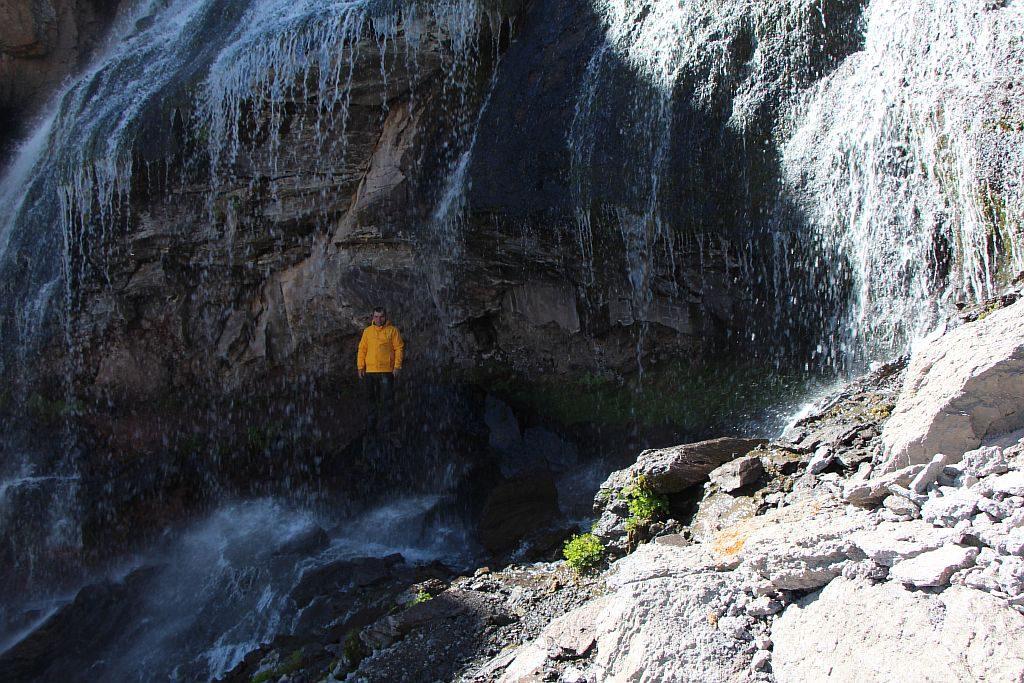 Залез под водопад
