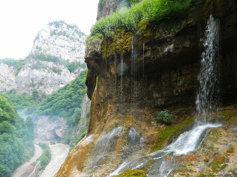 Вид со смотровой площадки на Чегемские водопады