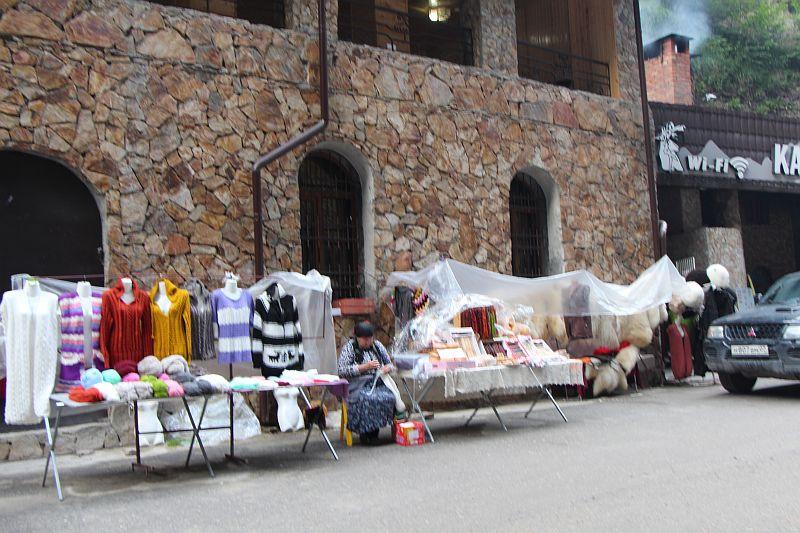 Торговля на Чегемских водопадах
