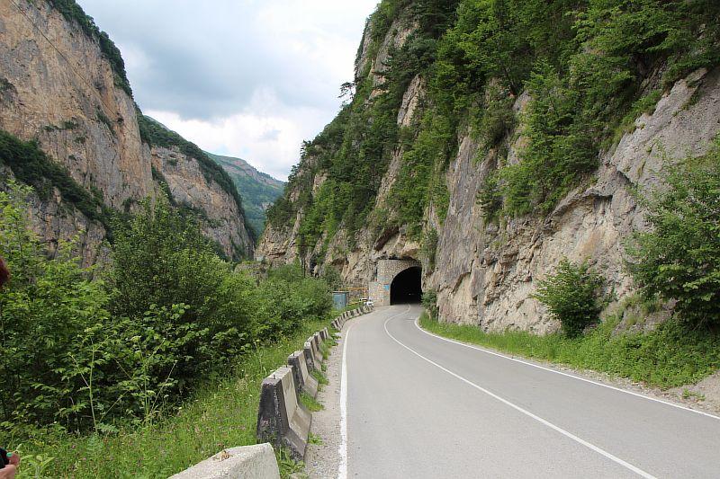 Тоннель по дороге в Черекском ущелье.