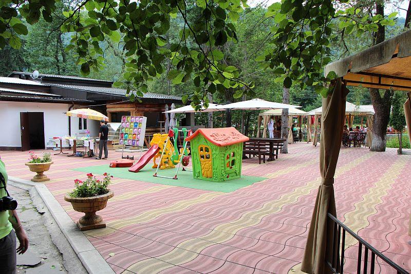 Место для детей и отдыха на Голубом озере.