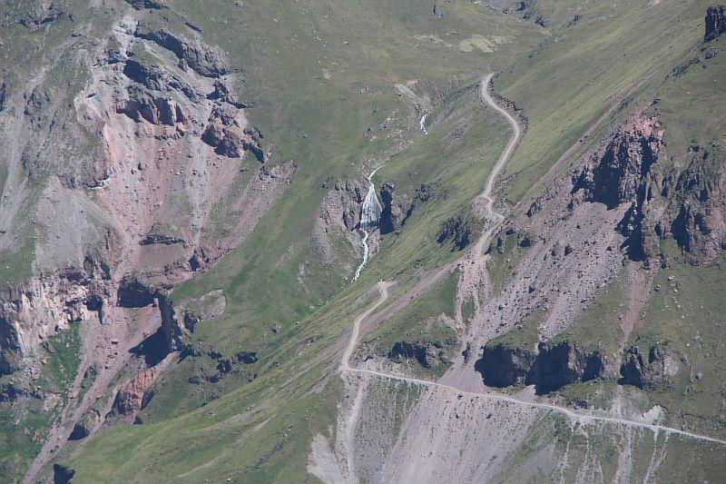 Вид с Чегета на водопад Девичьи косы в Приэльбрусье.
