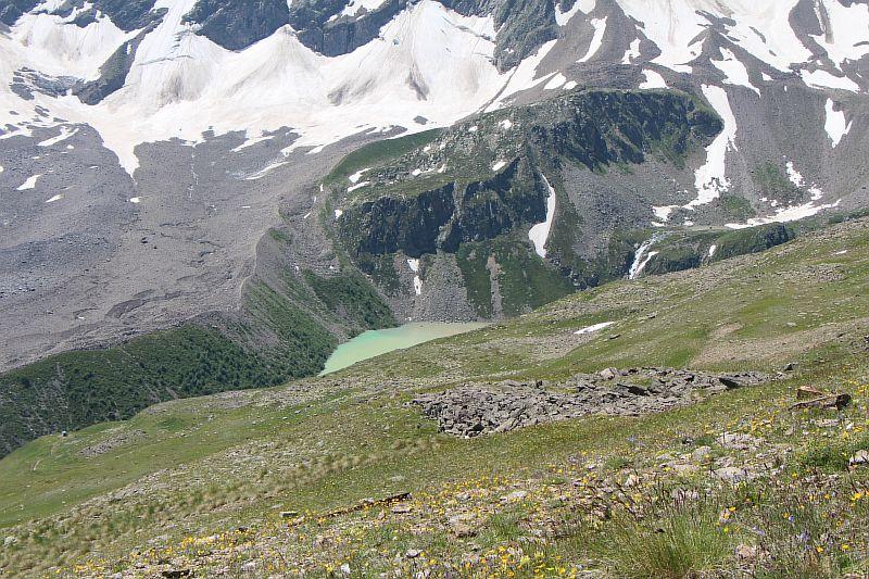 Цветное озеро в ущелье.