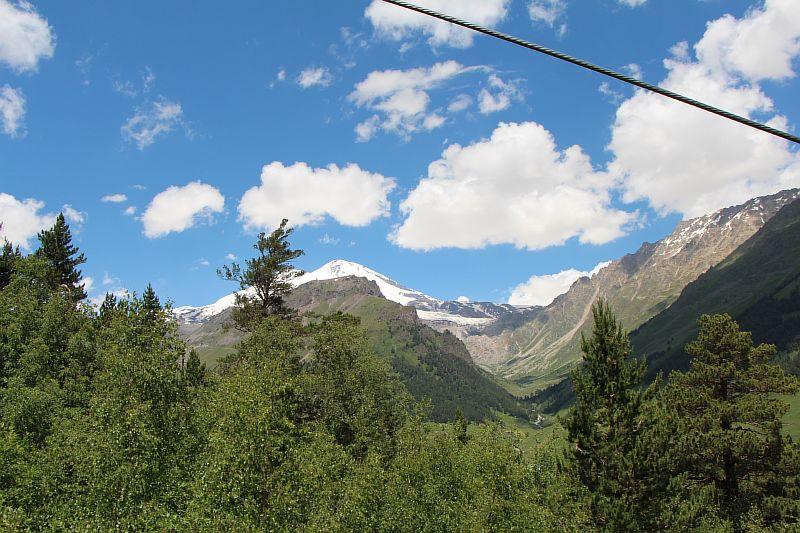 Вид на Эльбрус с канатной дороги.