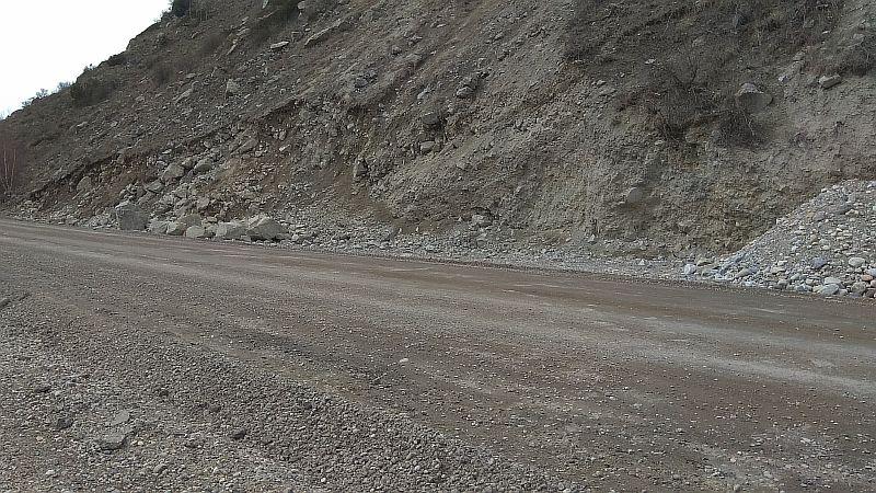 Видно насколько углубился участок дороги в склон