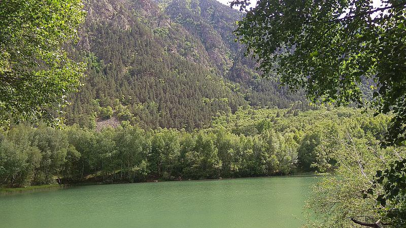 Озеро зелёного цвета