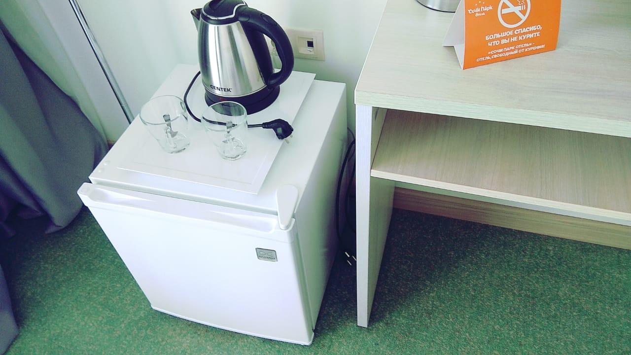 Чайник, холодильник, чайные кружки.