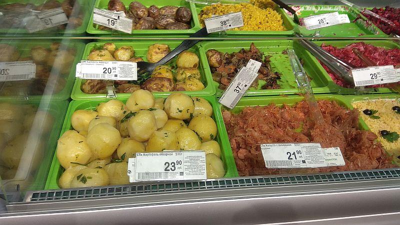 Ассортимент блюд на витрине с ценами