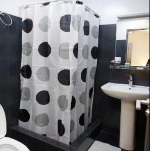 Душ и туалет.
