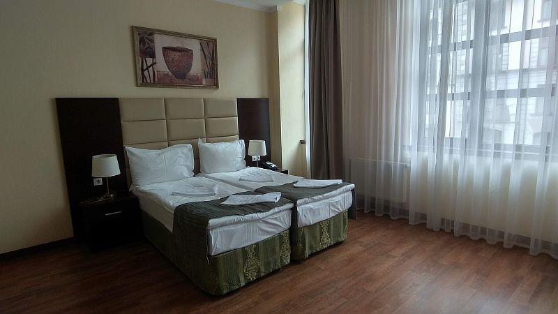 В спальне расположена большая двухместная кровать.