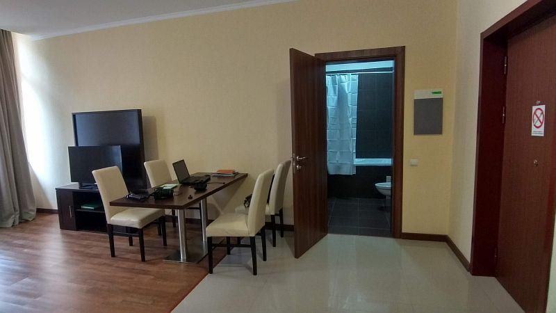 В гостиной имеется телевизор, рабочий стол и сан узел.