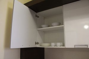 В шкафу по четыре комплекта необходимой посуды.