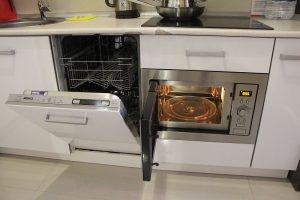 Посудомоечная машина и микроволновая печь.
